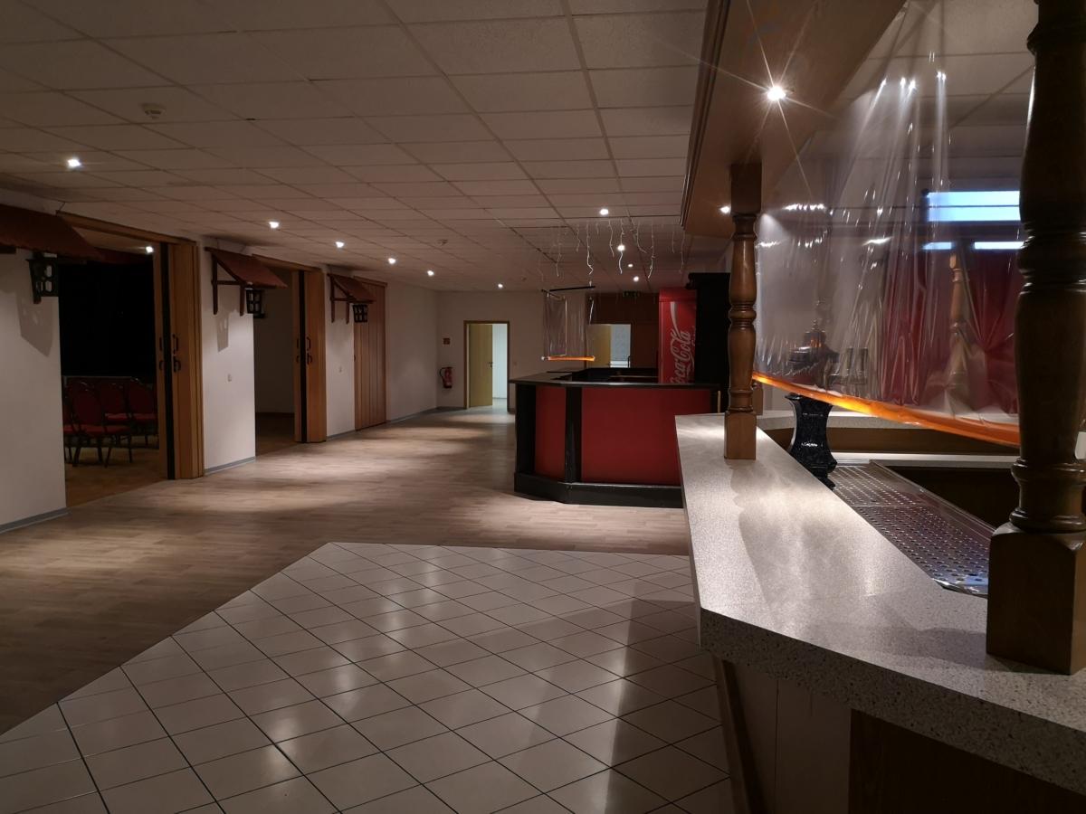"""""""Schlauch"""" rechts vom großen Saal mit Bar und neuem Fußboden (2020 verlegt)"""