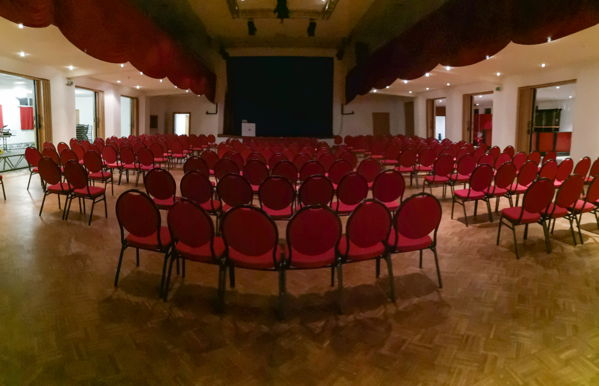 Großer Saal - Stuhlkonzept für Auftritt, Konzert usw./ Sicht von Saal-Eingangstür